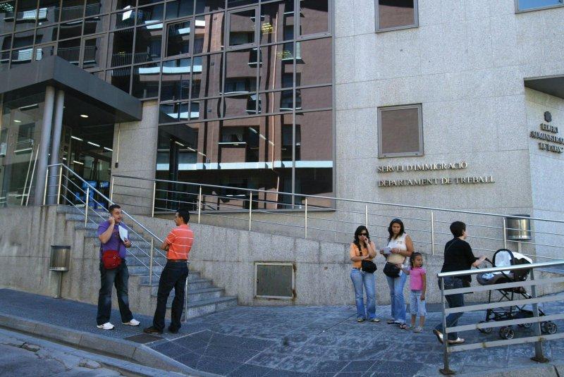 A les ordres d immigraci el peri dic d 39 andorra for Oficina seguretat social