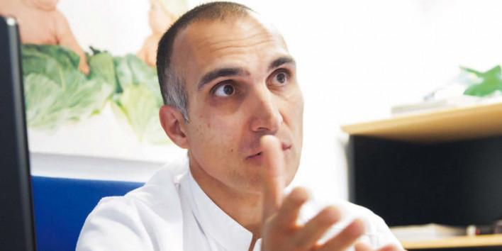 El Dr. Josep Estrada, en el seu despatx de pediatria de l'Hospital - 2515