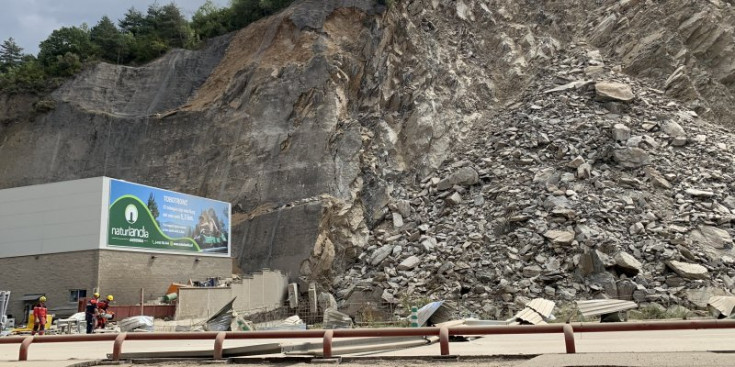 L'esllavissada i el talús en perill de d'enfonsament situat al darrere de les instal·lacions del Comú de Sant Julià, ahir.
