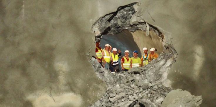 Els membres de les diverses institucions, dins el túnel.